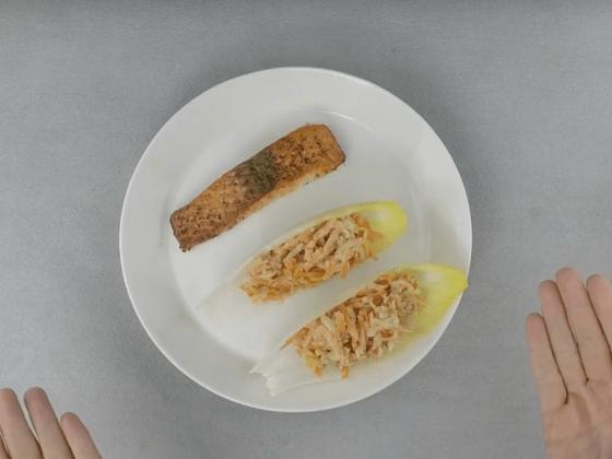 Teller mit einem Stück Lachs und Salat