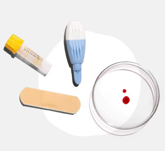 Eine Lanzette, ein Auffangröhrchen, ein Pflaster und ein paar Blutstropfen sind auf dem Bild zu sehen