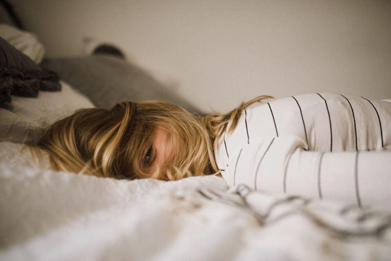 leidende Frau im Bett