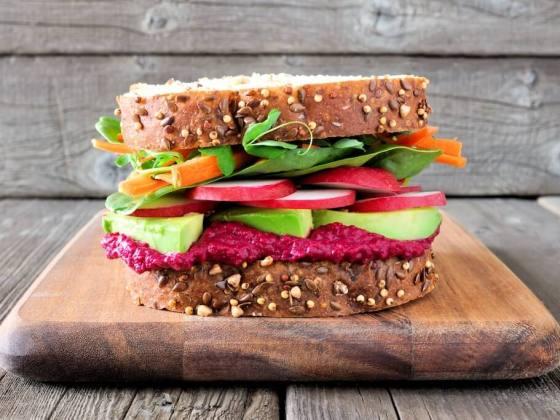 Sandwich mit rote Beete Hummus
