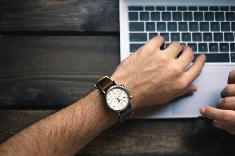 Hand eines Mannes mit einer Uhr