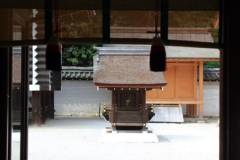 kyoto-aoi-matsuri-sanctuaire-shimogamo-jinja-petit-autel