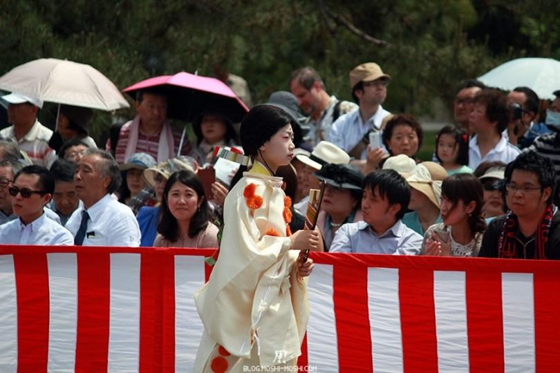kyoto-aoi-matsuri-palais-imperial-jeune-servante-eventaille