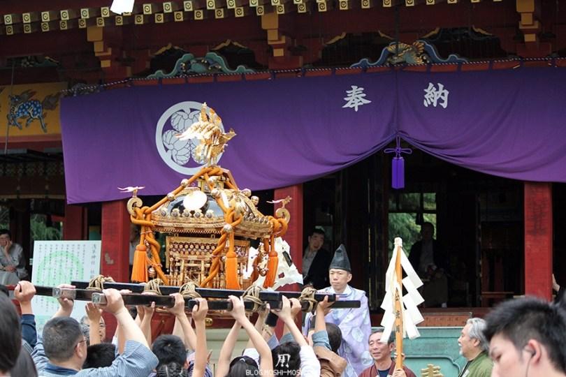 tokyo-sanja-matsuri-asakusa-senso-ji-mikoshi-deuxieme-benediction-taille-enfant