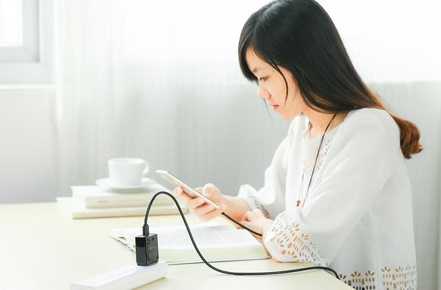 行動電源邊講電話邊充電