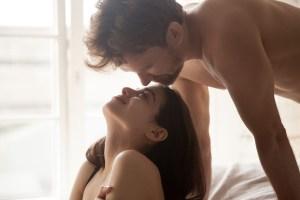 Homme et femme sur un lit