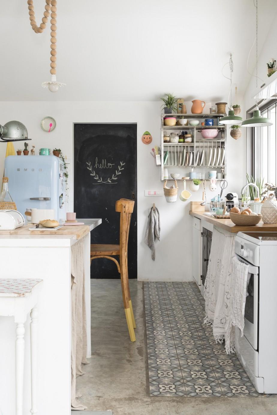Une jolie déco pour cette cuisine familiale authentique et délicieusement rétro. Retrouvez toutes les photos de cet intérieur dans l'article.