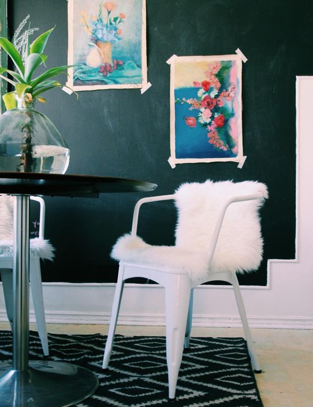 Un style boho chic pour cette salle à manger aux murs noirs. Découvrez toutes les photos de cet intérieur original dans l'article.