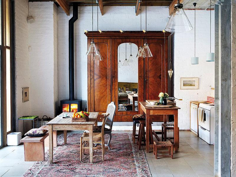 Une salle à manger originale, qui mélange les genres entre cette grande armoire classique et ces meubles vintage. Découvrez plus d'inspiration déco bohème dans l'article !