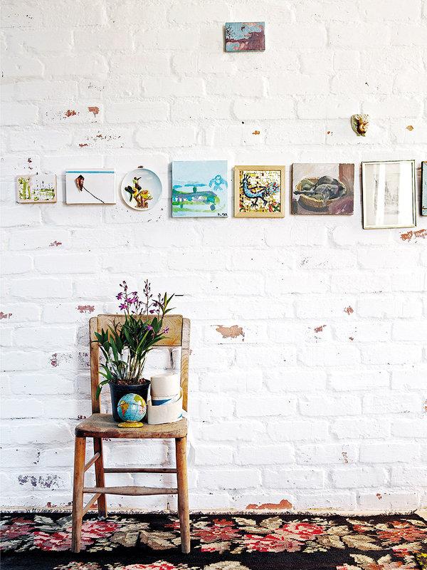 Une idée originale pour accrocher ses tableaux ! Découvrez plus de photos de cet intérieur bohème sud africain dans l'article.