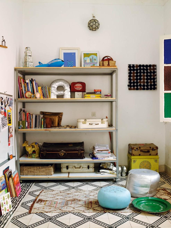 Une charmante bibliothèque dans cette jolie maison marocaine, à l'inspiration déco bohème et chaleureuse. Découvrez plus de photos dans l'article !