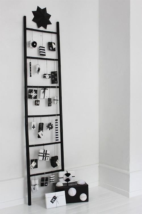 Un calendrier de l'avent DIY sur une échelle pour accrocher les petits cadeaux