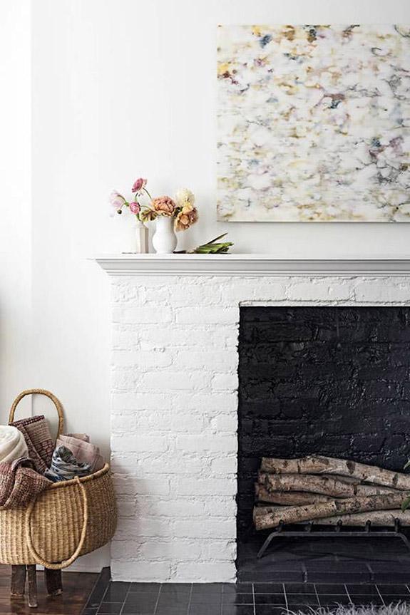 Une cheminée design et graphique, avec une plaque de marbre en décoration | cheminée graphique | cheminée moderne | déco cheminée #décocheminée #cheminée
