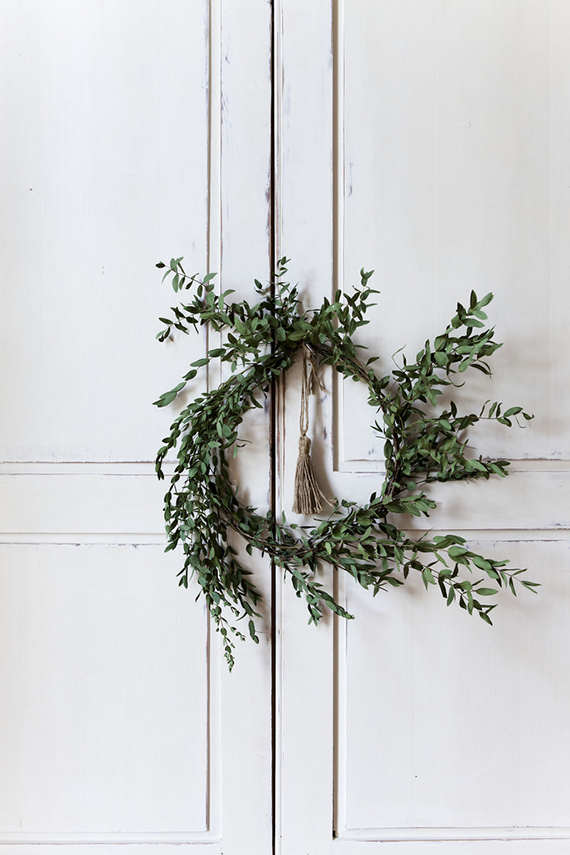 Comment fabriquer soi-même une couronne de Noel végétale, ici en buis