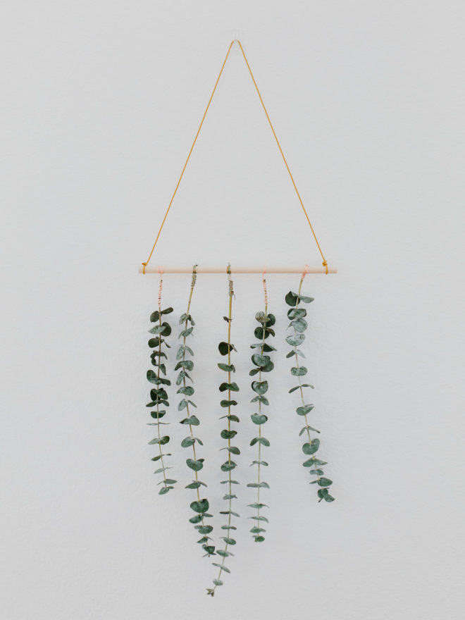 Une couronne de Noel en suspension murale, pour décorer votre intérieur avec des branches d'eucalyptus