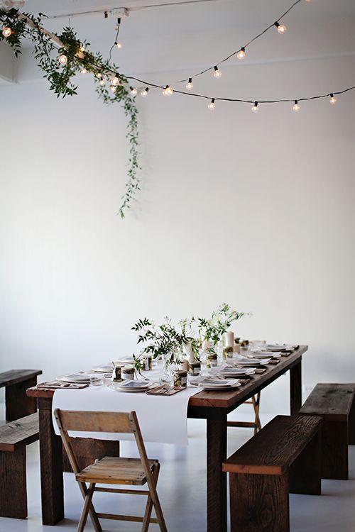 Une idée déco originale pour cette table de Noel naturelle décorée d'une guirlande lumineuse