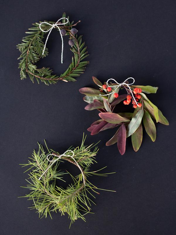 Envie de réaliser une couronne de Noel facilement ? Optez pour la version mini avec ces couronnes de Noel naturelles