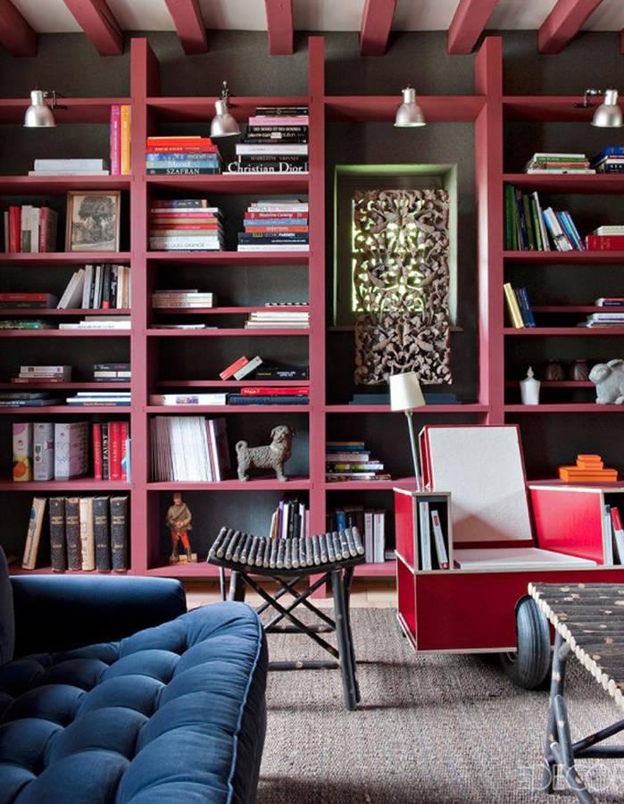 Une bibliothèque de couleur bordeaux