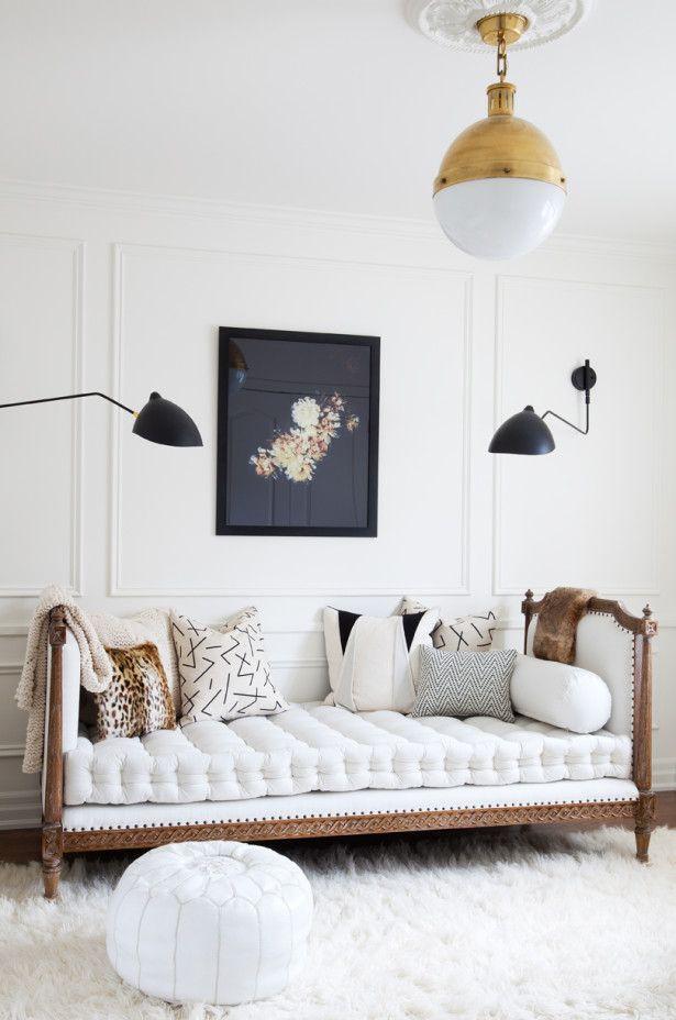 Un canapé moderne blanc décoré avec une fourrure cosy