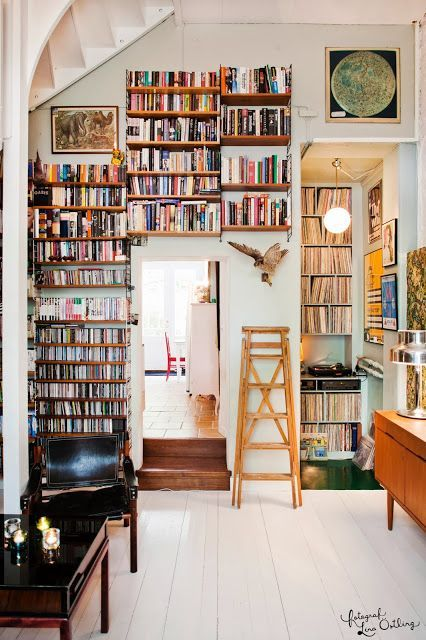 Idée de bibliothèque au dessus d'une porte