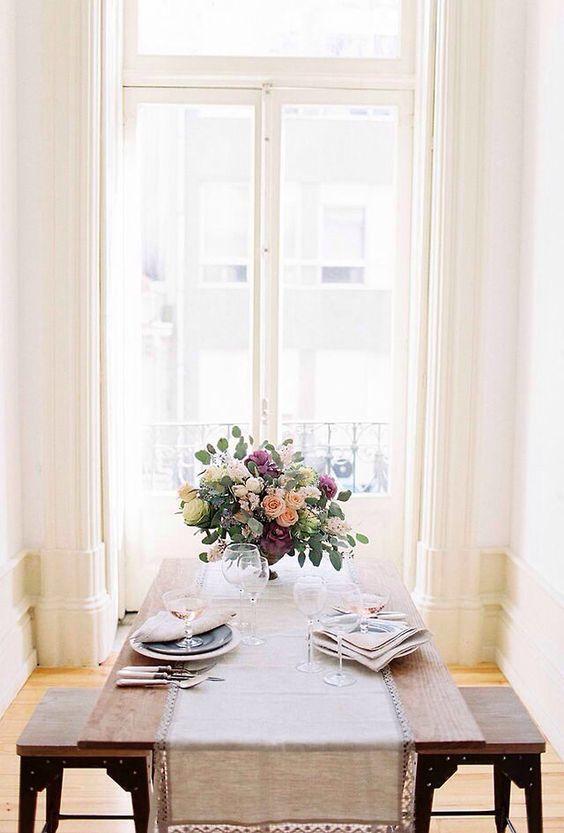 Une table romantique simple pour un diner à la maison