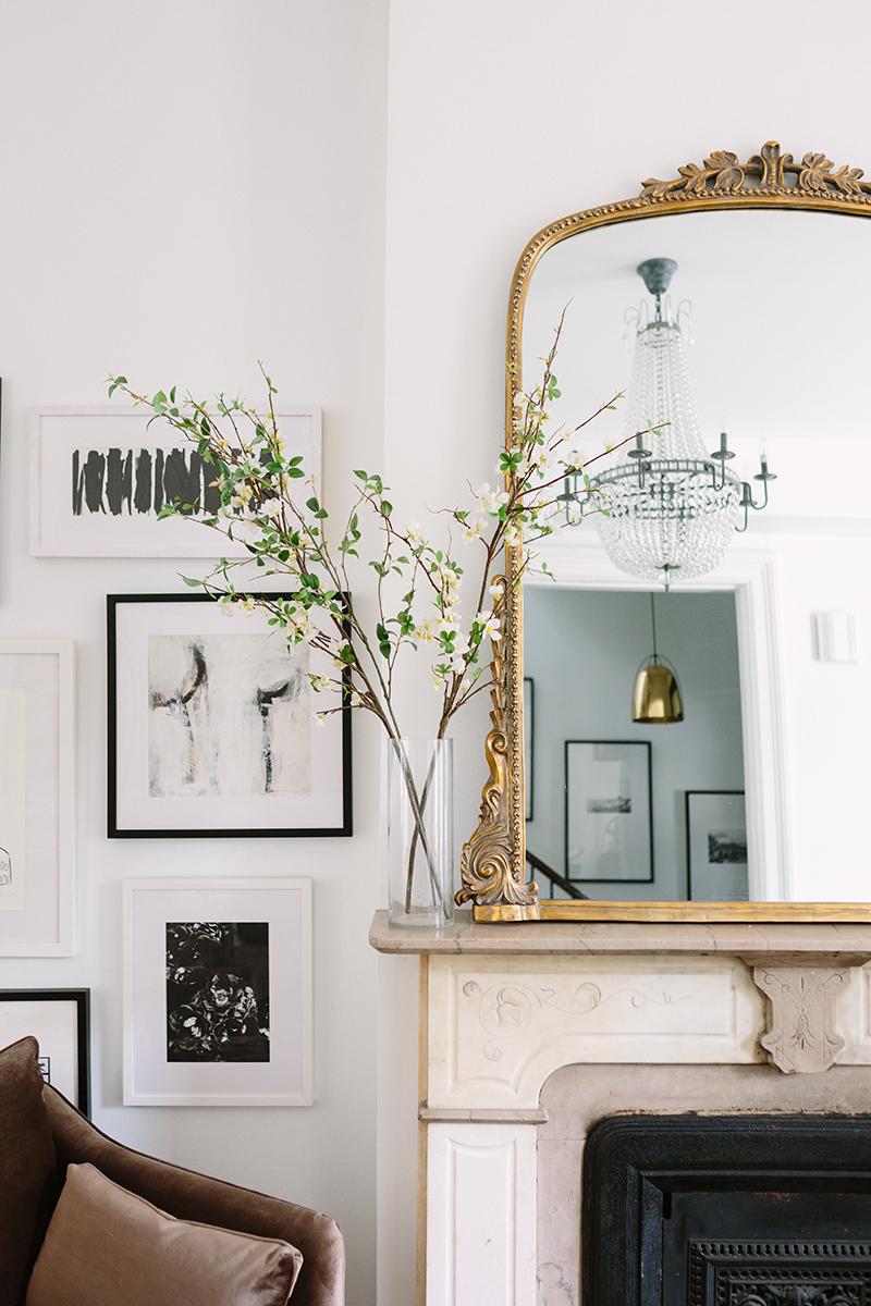 Une cheminée en marbre au style parisien, avec un très beau miroir doré