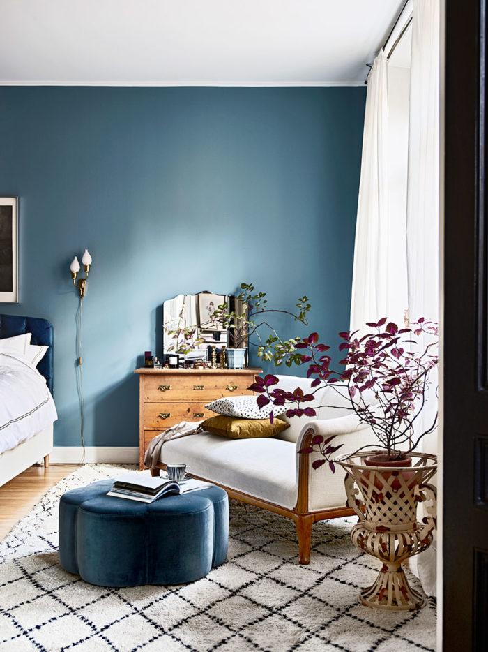 Une chambre élégante aux murs peints en bleu canard