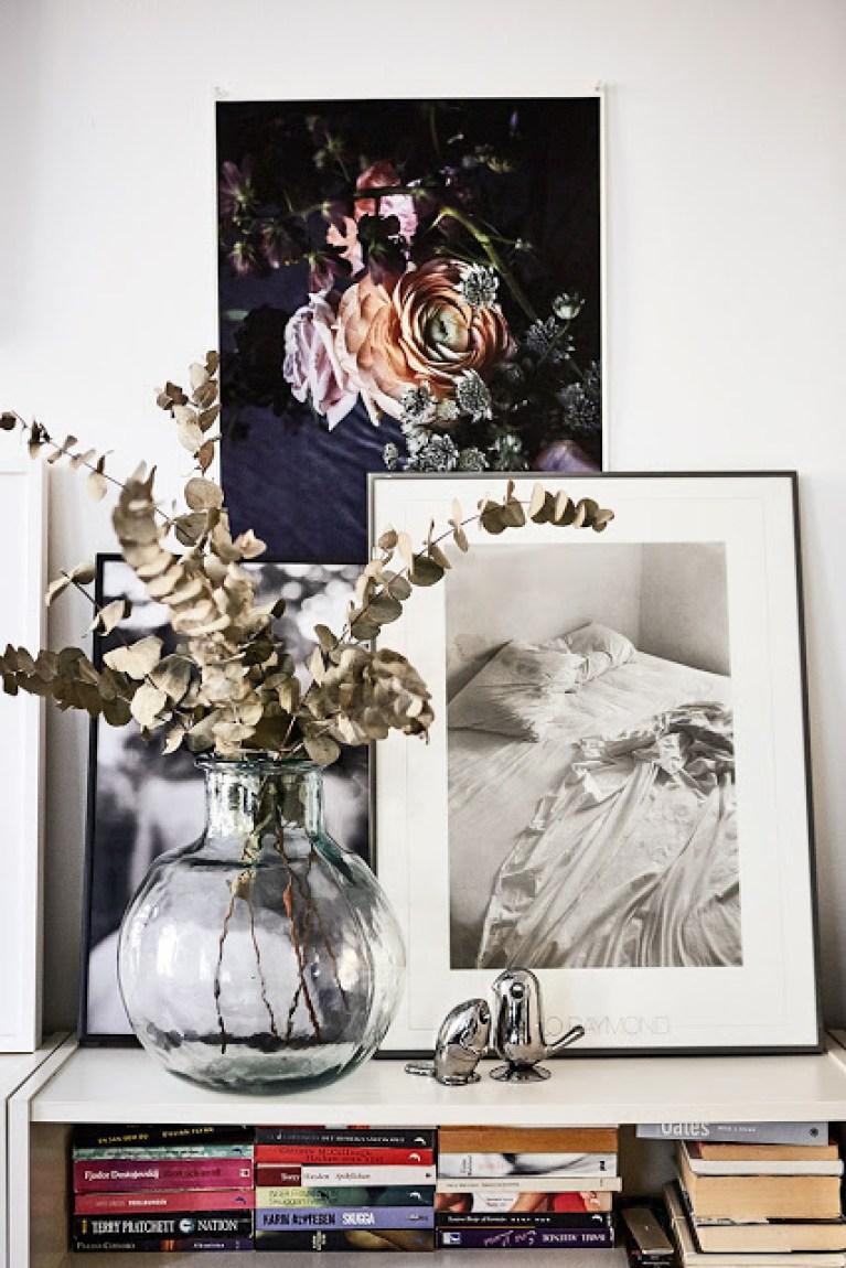 Une jolie dame-jeanne décorée d'un bouquet d'eucalyptus séché