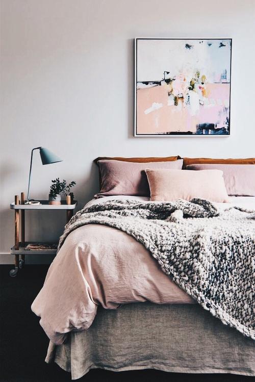 Une chambre cosy aux draps rose poudré