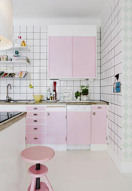 Une cuisine à la décoration rose pale