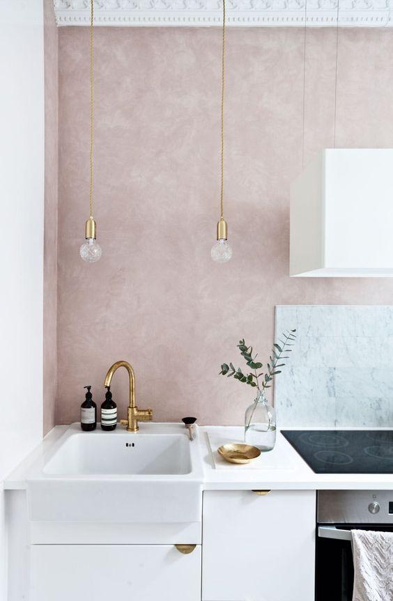 Idée décoration pour une cuisine aux murs rose poudré