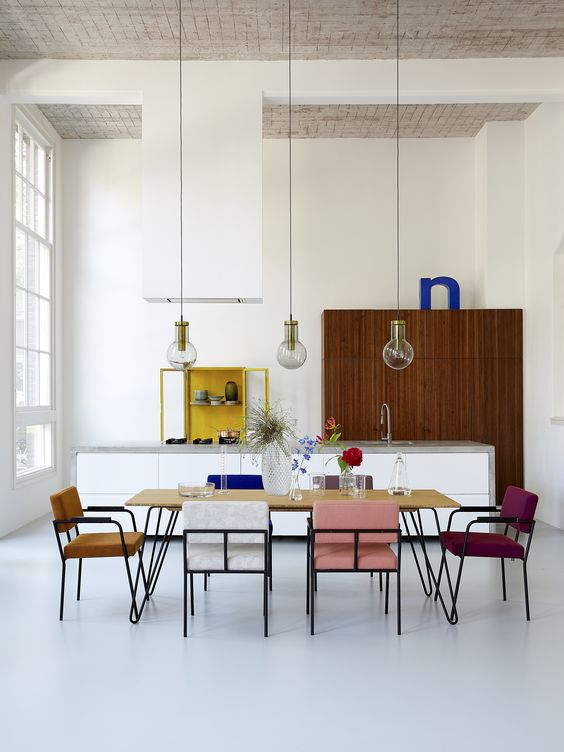 Une idée déco originale pour une salle à manger avec des chaises dépareillées