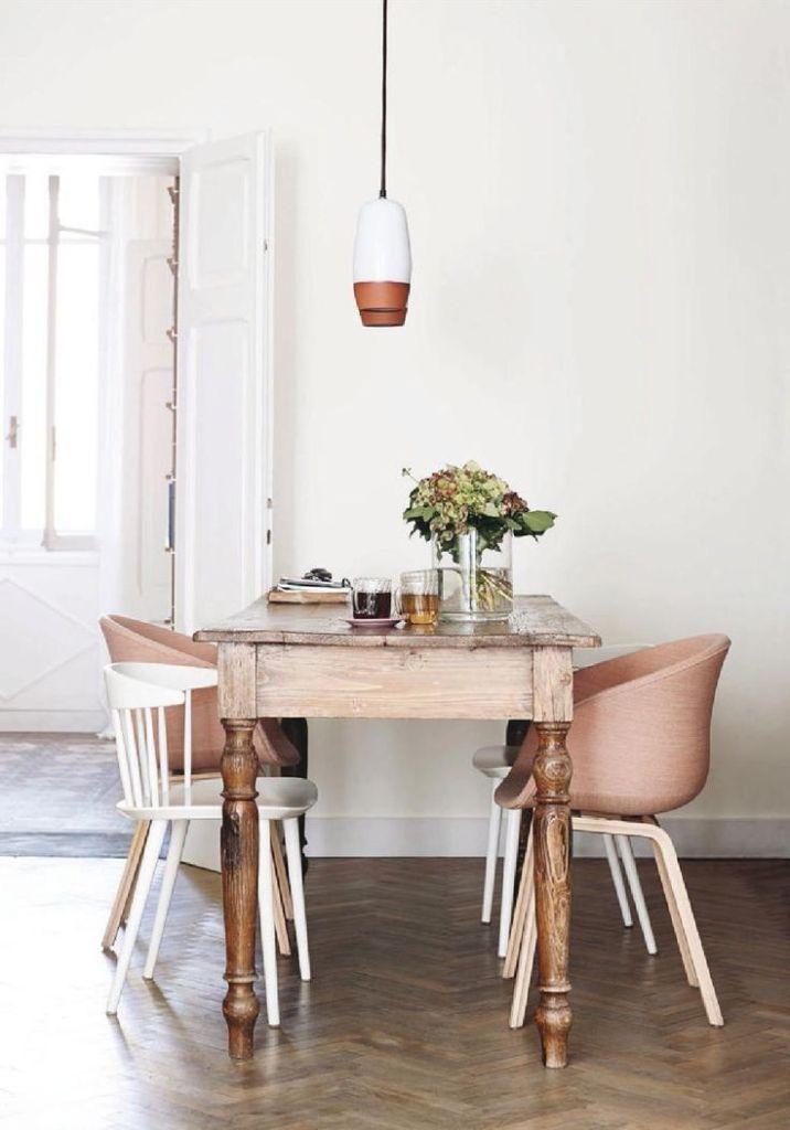 Une salle a manger moderne avec des chaises dépareillées