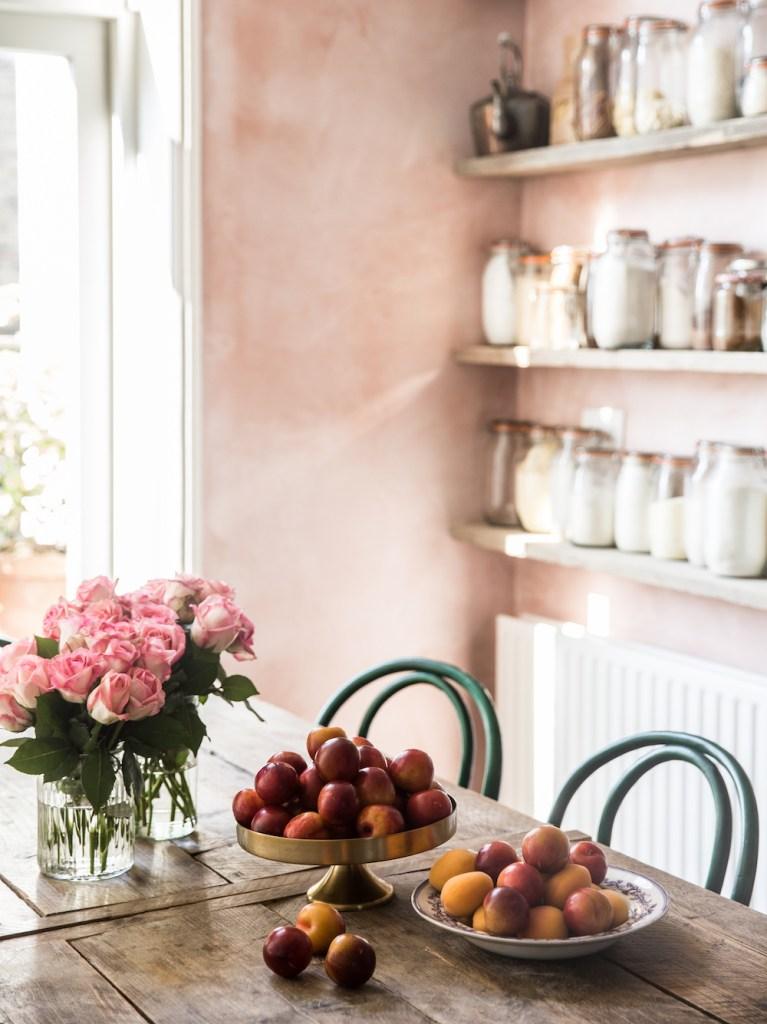 Une salle à manger à la fois rustique et moderne avec des murs roses