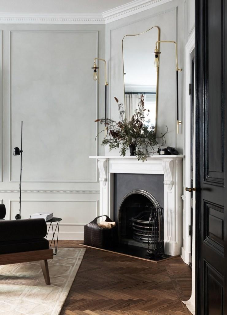 Une cheminée de style haussmannien dans un salon élégant