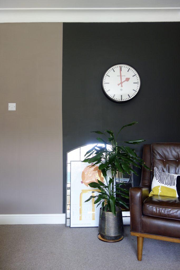 Colour block wall black and tan