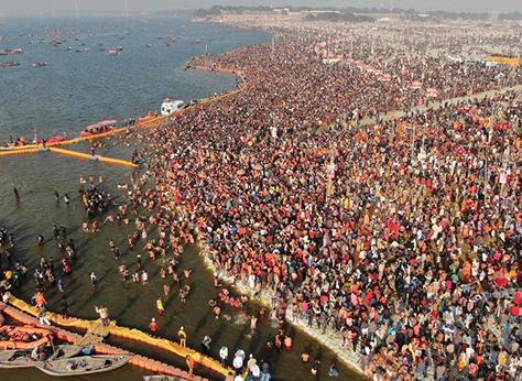 Multitud concregada para bañarse en el Ganges.