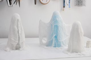 manomano mano mano the handy diy do it yourself 6 Easy Homemade Halloween Decorations easy projects kids cheesecloth ghost how to