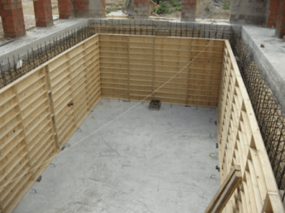 Setting up the formwork panels for your natural swimming pool