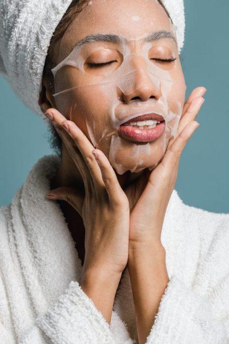Cara-mengatasi-kulit-kering-di-wajah-memakai-face-mask