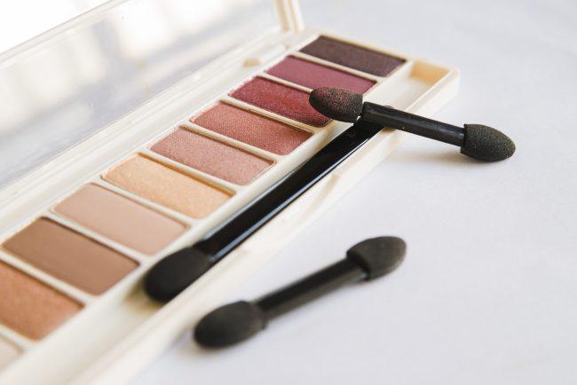 Pilih-eyeshadow-palet-kekinian-untuk-menonjolkan-makeup-mata
