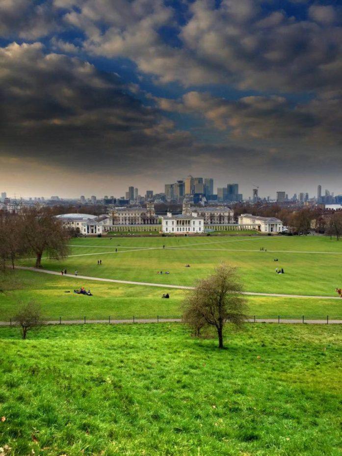 Lontoon maisemia Greenwich Parkin kukkulalta.