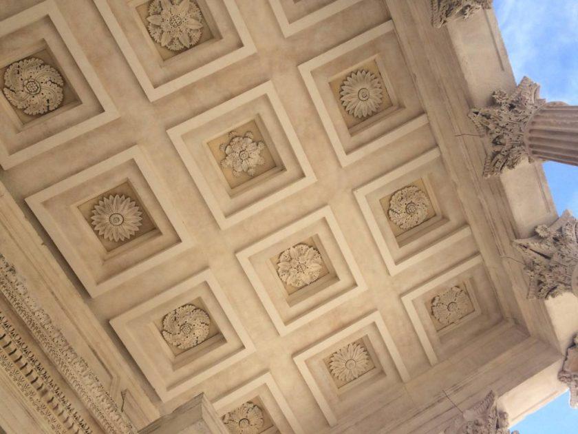 Antiikinaikaista taidetta Maison Carréen katossa.