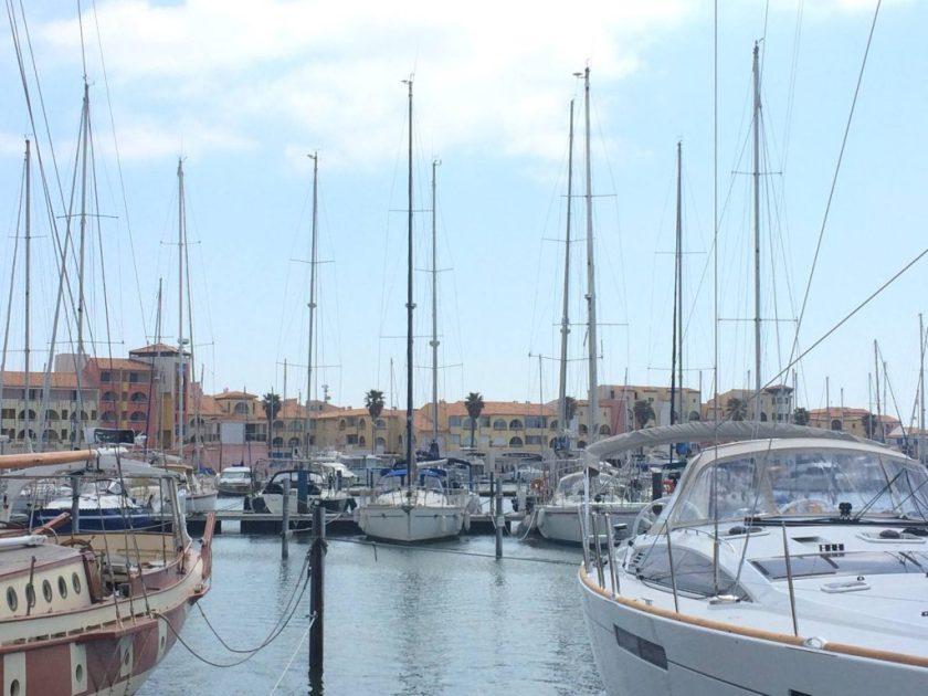 Port-Leucaten luksuspaatteja ihastelemassa.