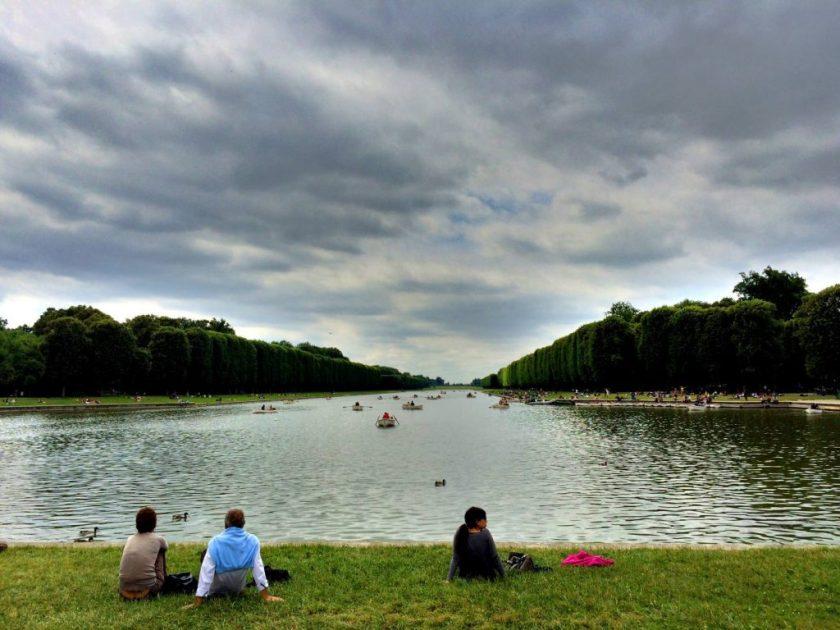 """Versailles'n palatsin """"takapiha"""", oivallinen paikka piknikille."""