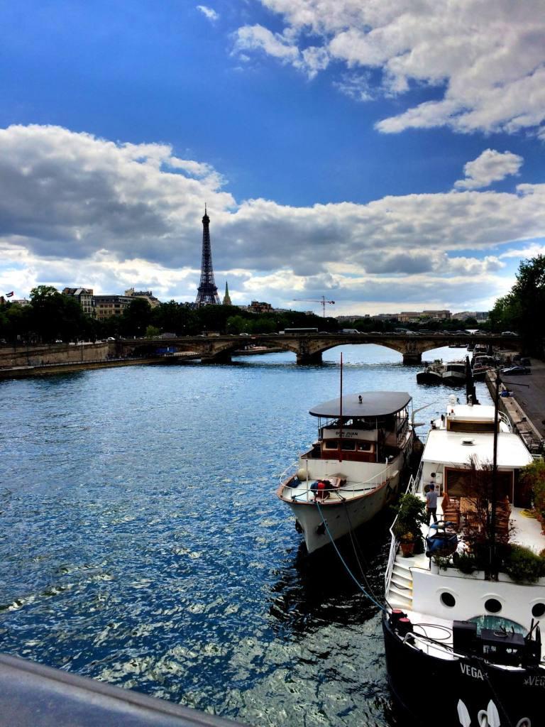 Siellä se siintää, Pariisin tunnetuin nähtävyys.