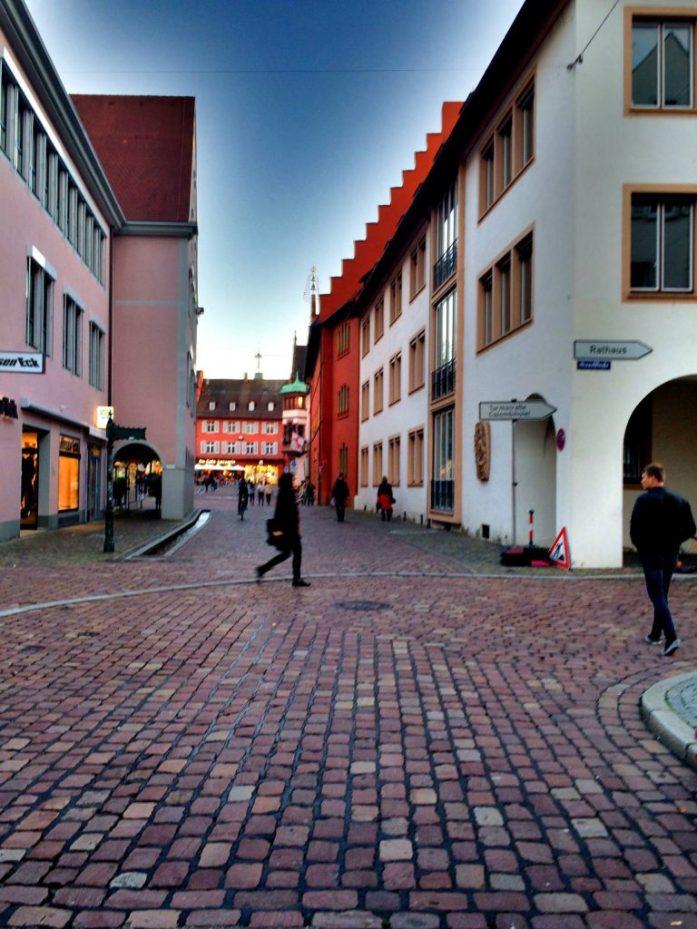 Freiburgin vanhan kaupungin katukuvaa illansuussa.