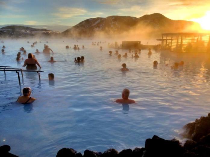 Blue Lagoonin geotermaalisessä kylpylässä tarkeni lähes 40-asteisessa vedessä.