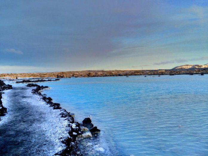 Kirkkaansinisenä hohtava vesi Blue Lagoonissa.