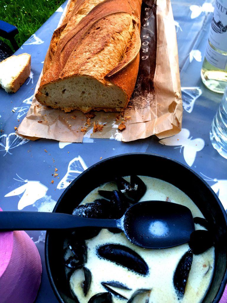 Simpukkakeittoa ja maalaisleipää Ranskassa.